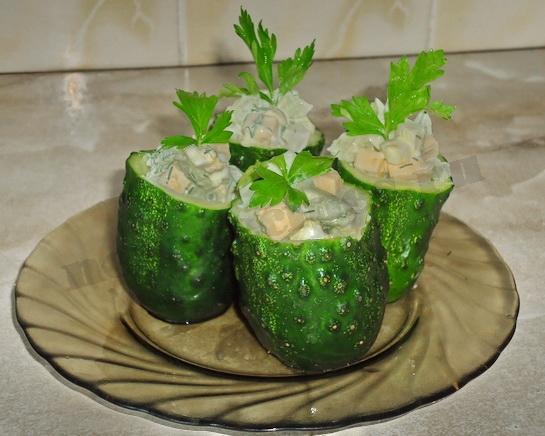 наполняем бочонки салатом и украшаем зеленью