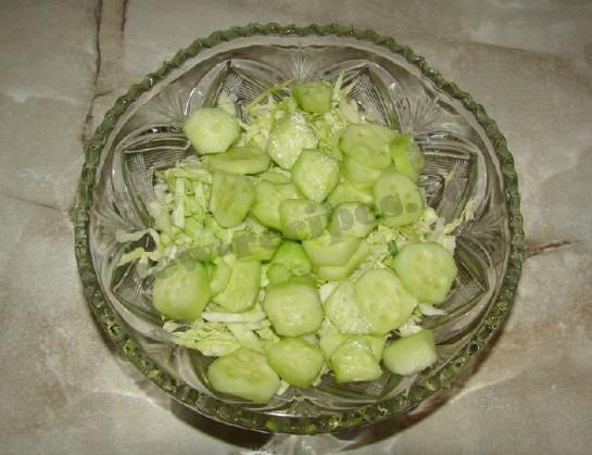 добавляем в салат огуречные кружочки