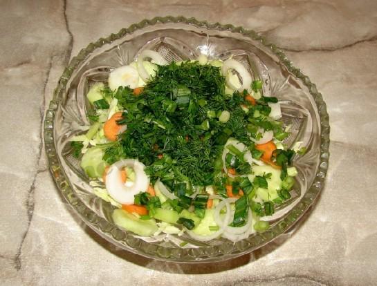 добавляем в салат измельченную зелень