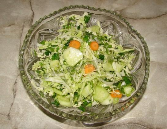 салат с молодой капустой и огурцом