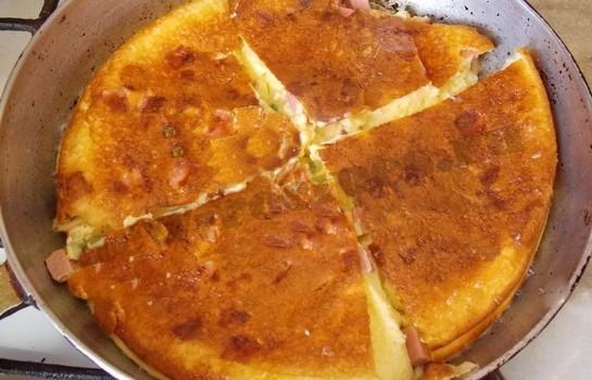 омлет с колбасой готов