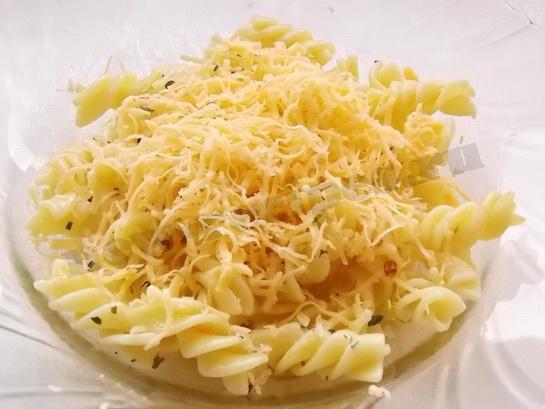 посыпаем пасту тёртым сыром