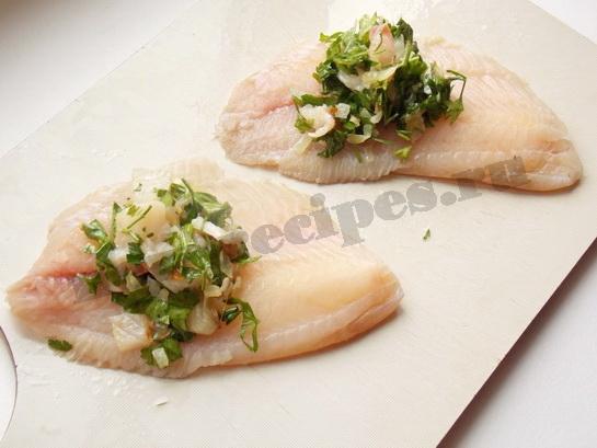 накладываем начинку на рыбное филе