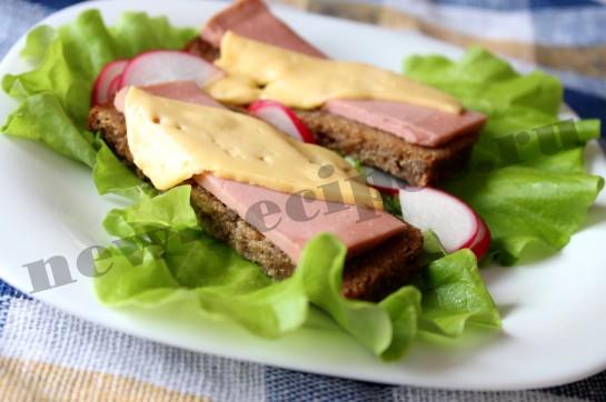 Горячий бутерброд с сыром и колбасой 8