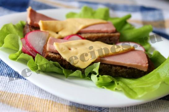 Горячий бутерброд с сыром и колбасой 9