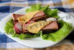 Горячий бутерброд с сыром и колбасой