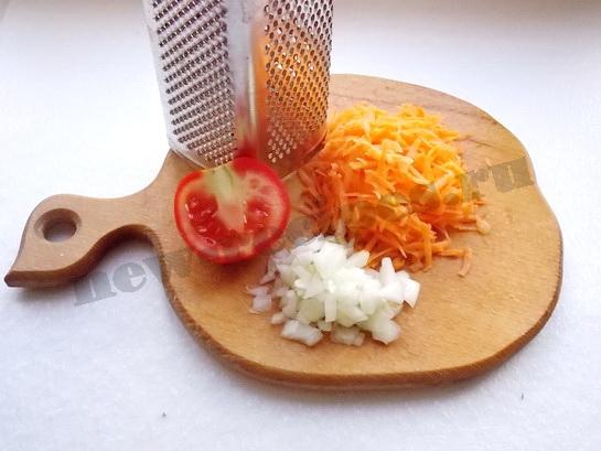 лук измельчаем, морковку и помидор трём на крупной тёрке
