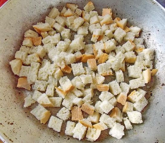 обжарим сухарики на сухой сковороде