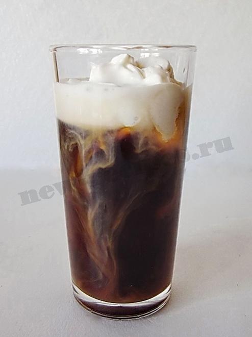 кладём пломбир в кофе