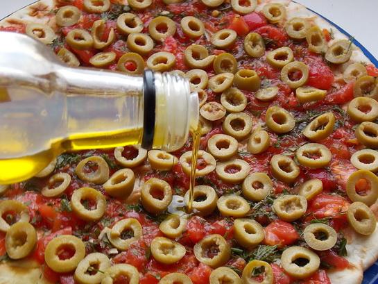 поливаем пиццу оливковым маслом