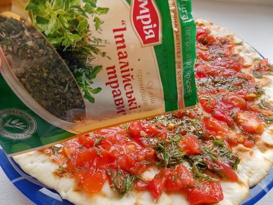 посыпаем пиццу итальянскими травами