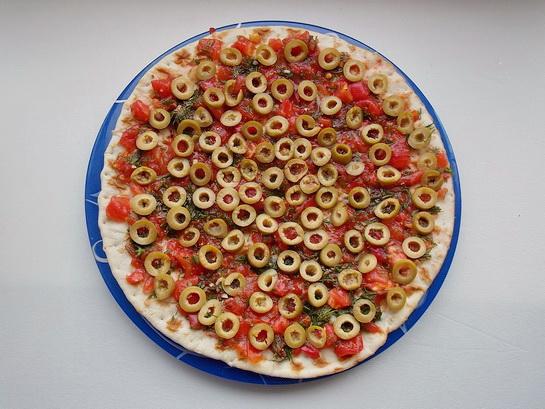 выкладываем на пиццу колечки оливок