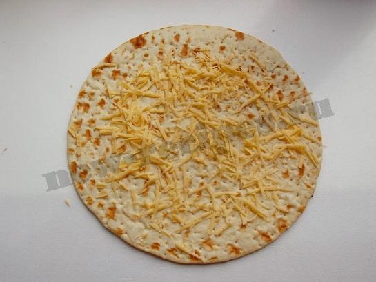 посыпаем корж тертым сыром