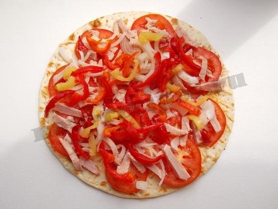посыпаем пиццу разноцветным болгарским перцем