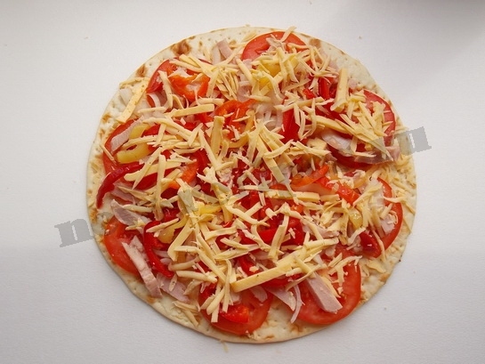сверху посыпаем пиццу тертым сыром