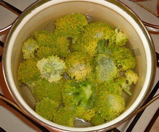 отвариваем соцветия брокколи