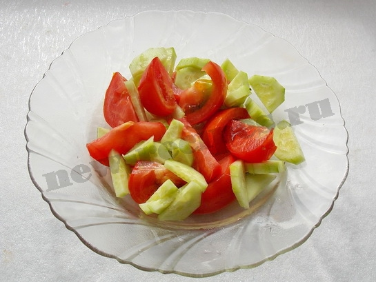 режем огурчики и помидоры