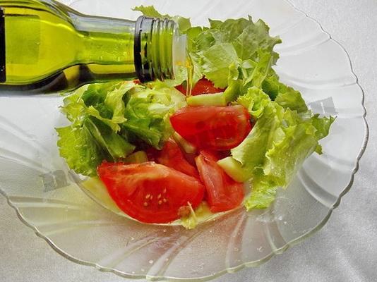 солим салат и заправляем маслом