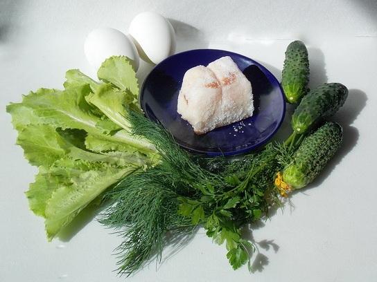 ингредиенты для теплого салата из салатных листьев со шкварками