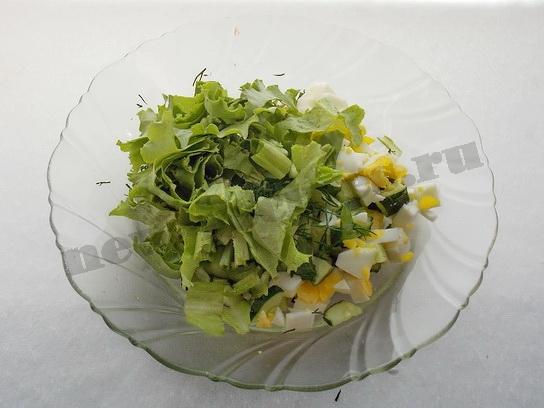 смешиваем салат, яйцо, огурец и зелень