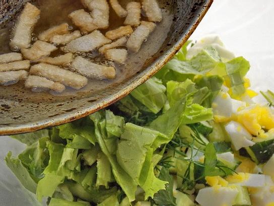 выливаем шкварки в салат
