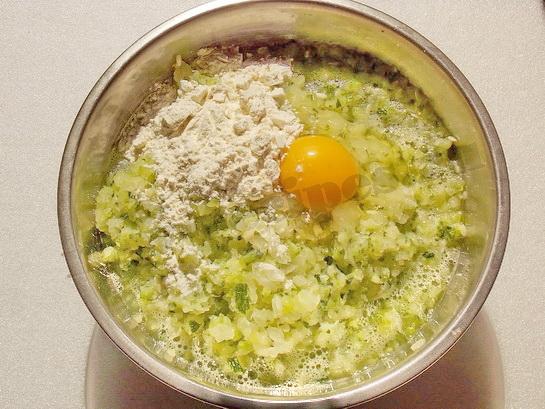 добавим яйцо и муку