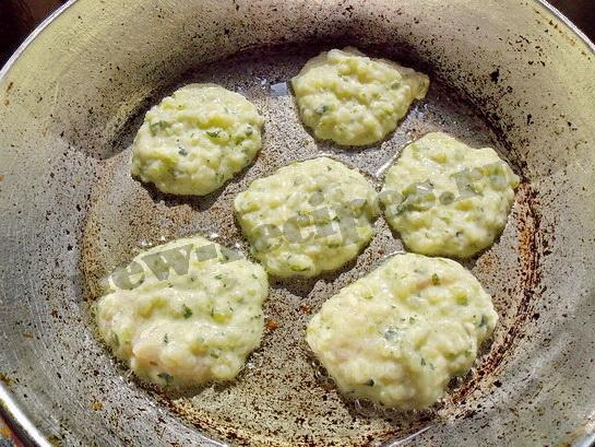 обжариваем кабачковые оладьи с одной стороны