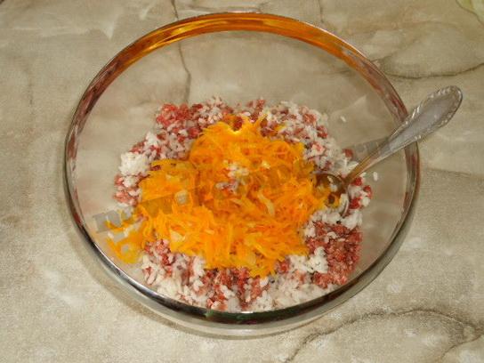 половину морковки и лука добавляем в фарш