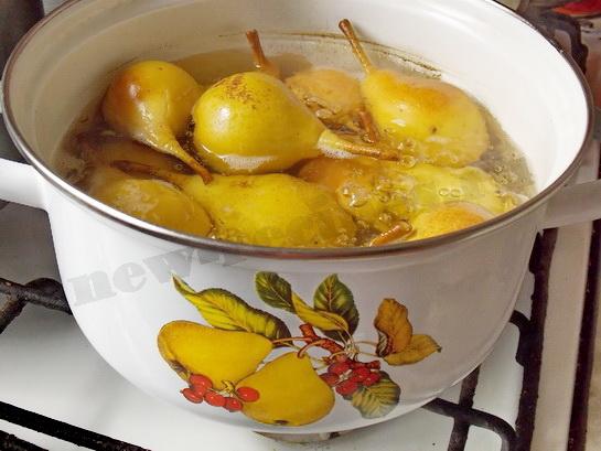 варим груши в сиропе 10 минут