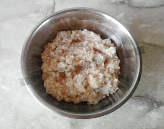 соединив куриный фарш с рисом, солим и перемешиваем снова