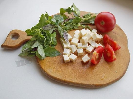 режем брынзу кубиками, помидоры дольками