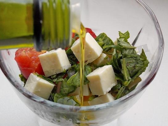 заправляем салат маслом