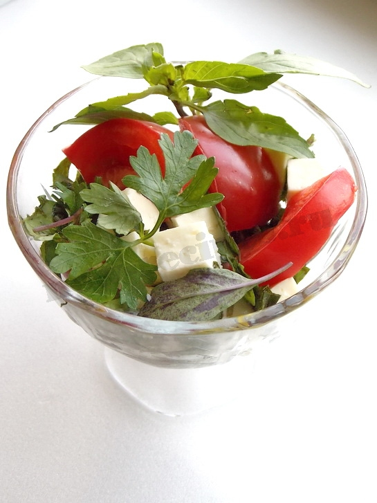 салат с базиликом, помидорами и брынзой готов