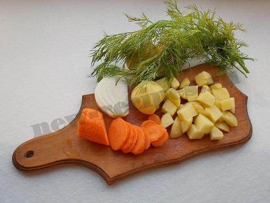 готовим овощи для супа с пельменями