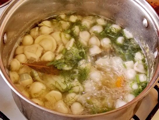 добавляем в суп с пельменями зелень