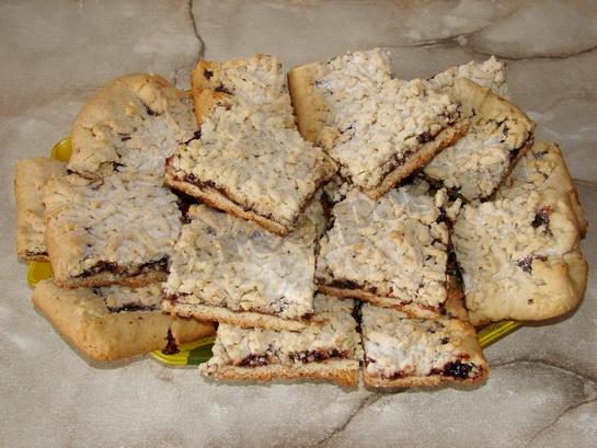 вкусный тертый пирог с вареньем готов