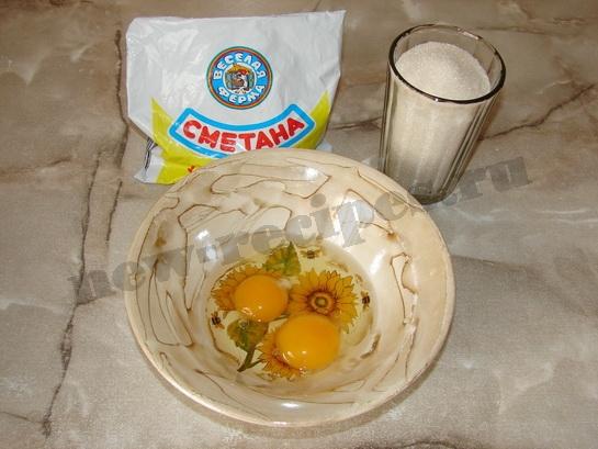 растираем яйца с сахаром и сметаной