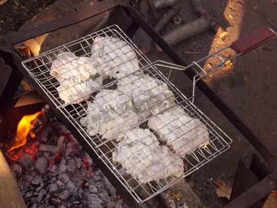 ставим решетку с барбекю над углями