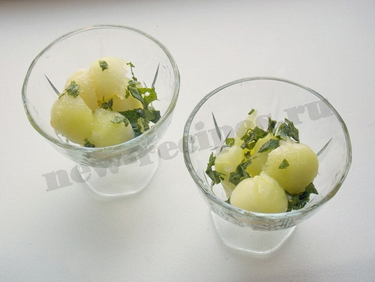 поливаем салат заправкой и приправляем мятой