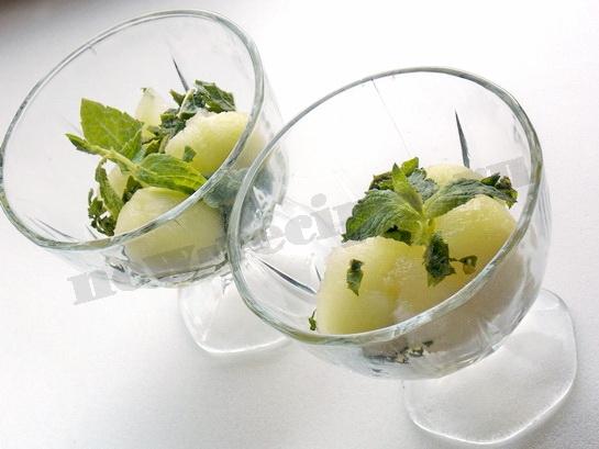 фруктовый салат с дыней и мятой