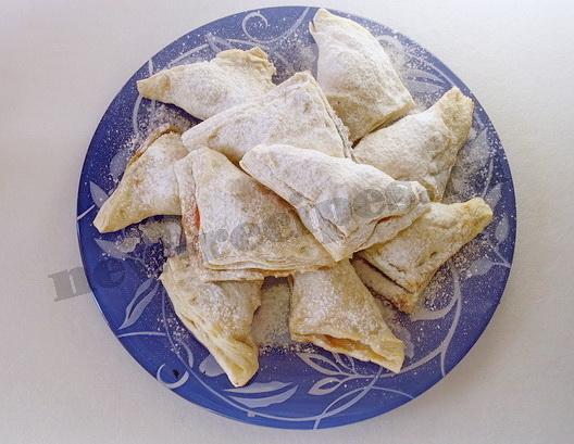 готовые слойки посыпаем сахарной пудрой