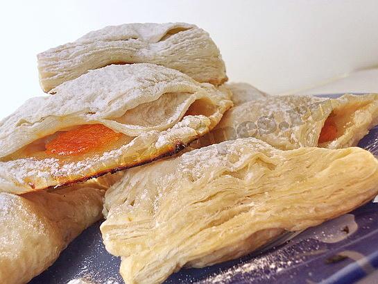 слойки с абрикосами готовы