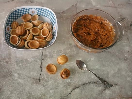 наполняем половинки орешков начинкой и соединяем