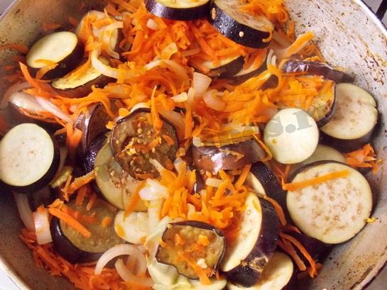 добавляем тертую морковку