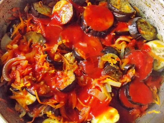 добавляем в соте томат