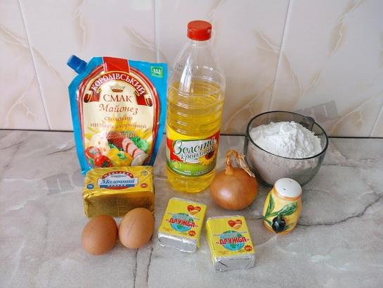 ингредиенты для закусочного пирога с сырками