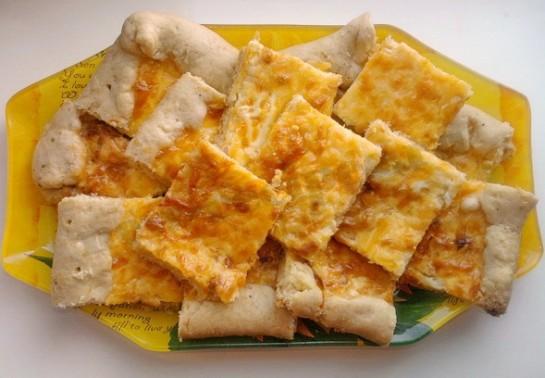 закусочный пирог с сырками готов