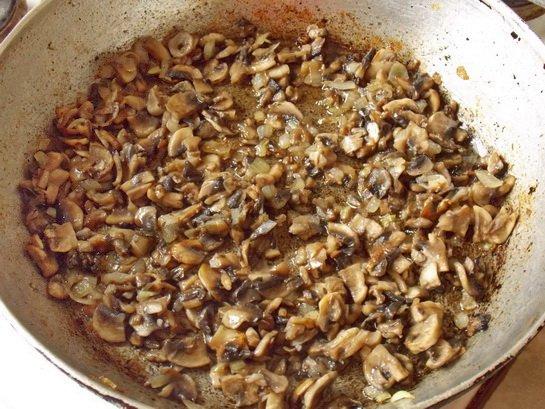 обжариваем лук с грибами до золотистости