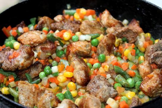 добавляем смесь овощей