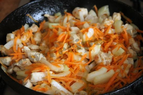 добавляем к обжаренной курице овощи